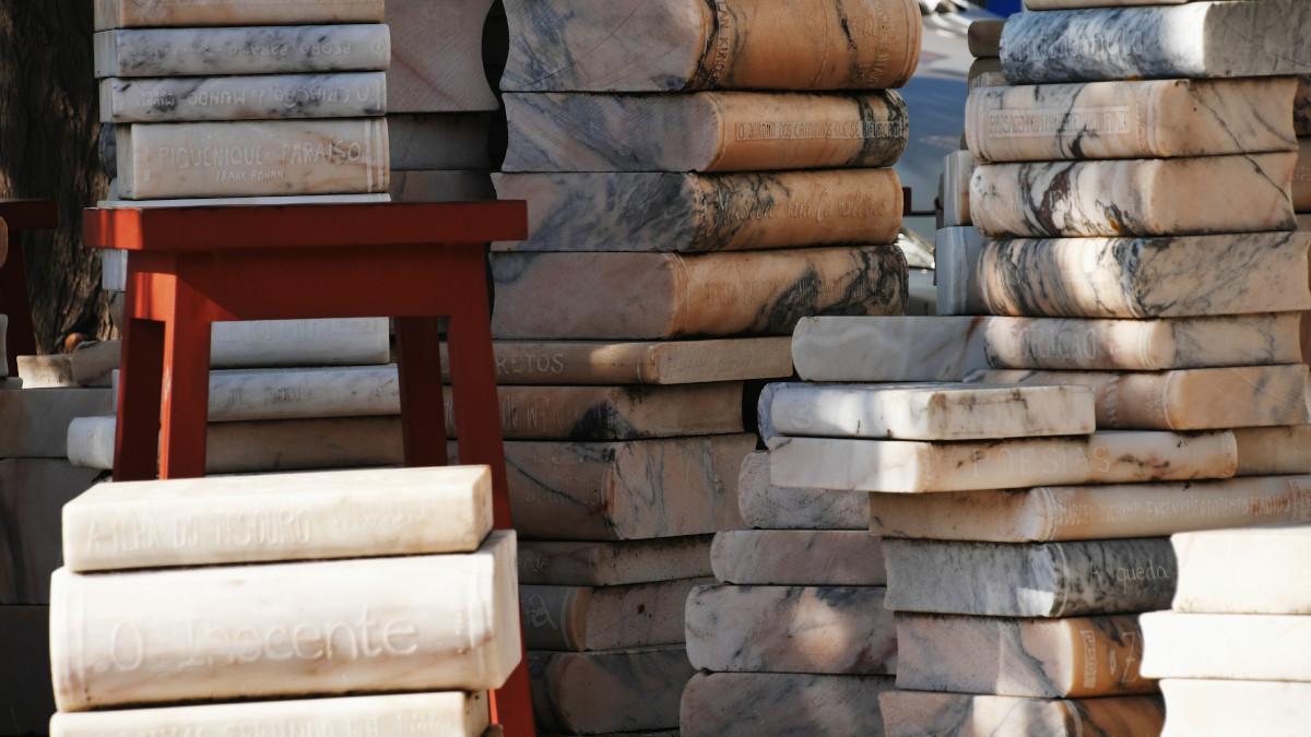 Sculptur aus Büchern in Melides, Portugal