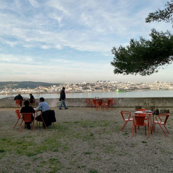 Die Terrasse des Casa de Cerca in Almada dient im Lissabon-Krimi als Drehort.
