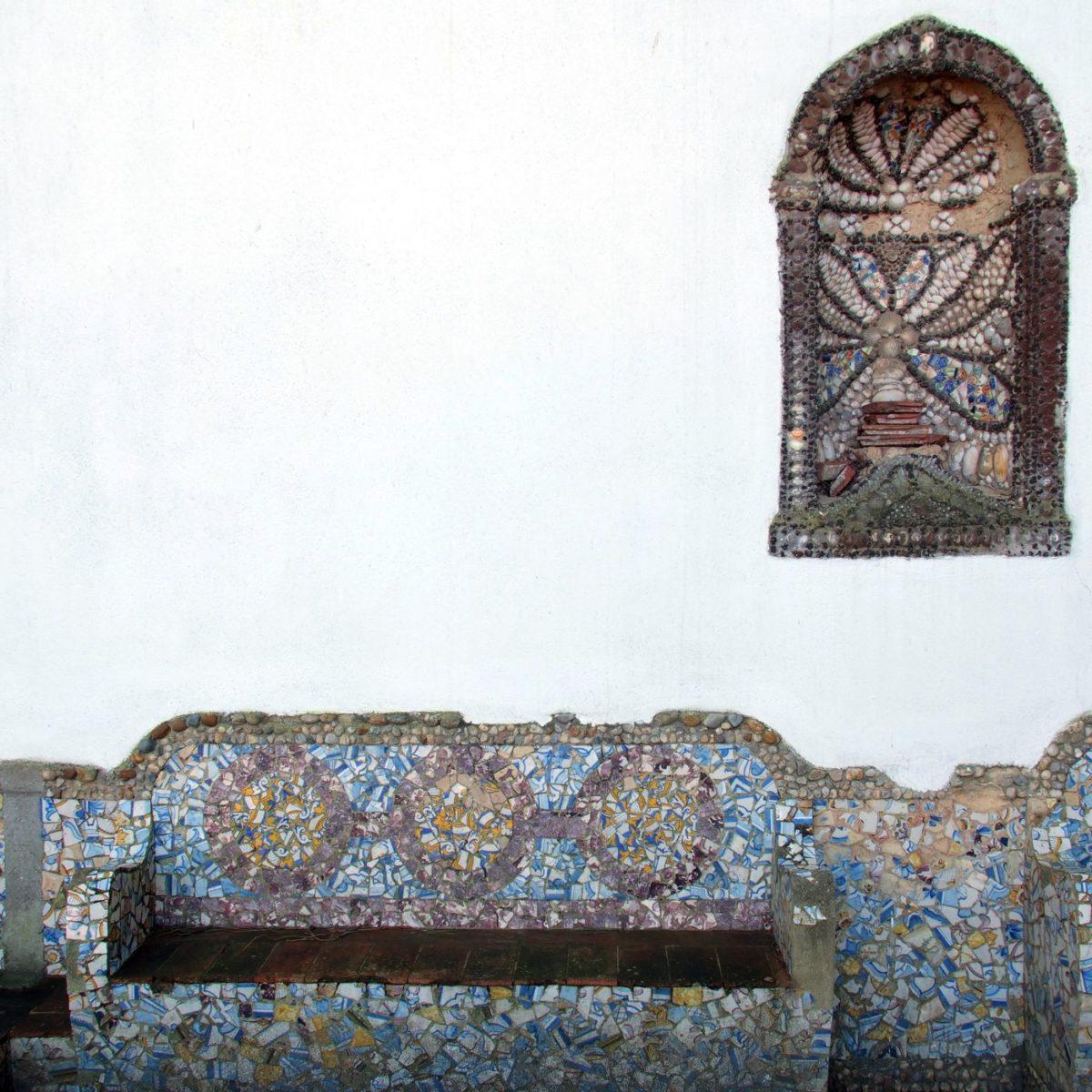 Convento dos Capuchos, mit Wandnische und Bank